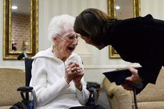 Cụ bà 97 tuổi bật khóc khi nhận bằng tốt nghiệp