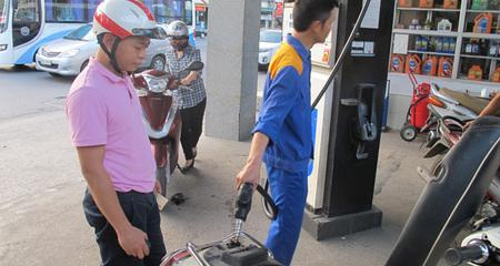 Giá xăng giảm gần 800 đồng