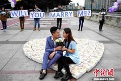 Xếp bỉm thành hình trái tim để cầu hôn bạn gái