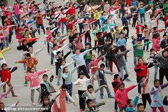 Học sinh Trung Quốc học cách khiêu vũ của người già