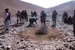 Thiếu nữ bị ném đá đến chết vì trốn nhà theo giai