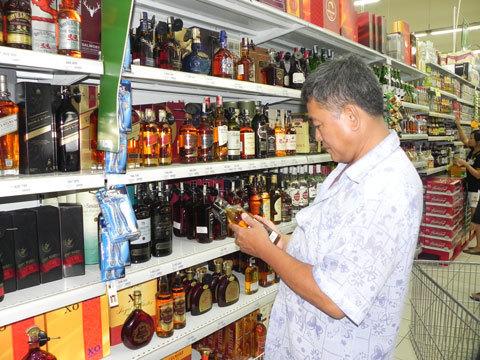 Rượu ngoại tăng giá, dân kinh doanh lo lắng