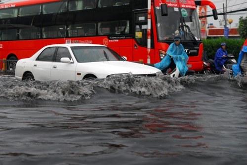 Xe cứu thương 'bơi' trong nước đen ngòm sau mưa