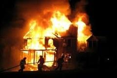 Con trai ngáo đá đốt rụi nhà bố mẹ