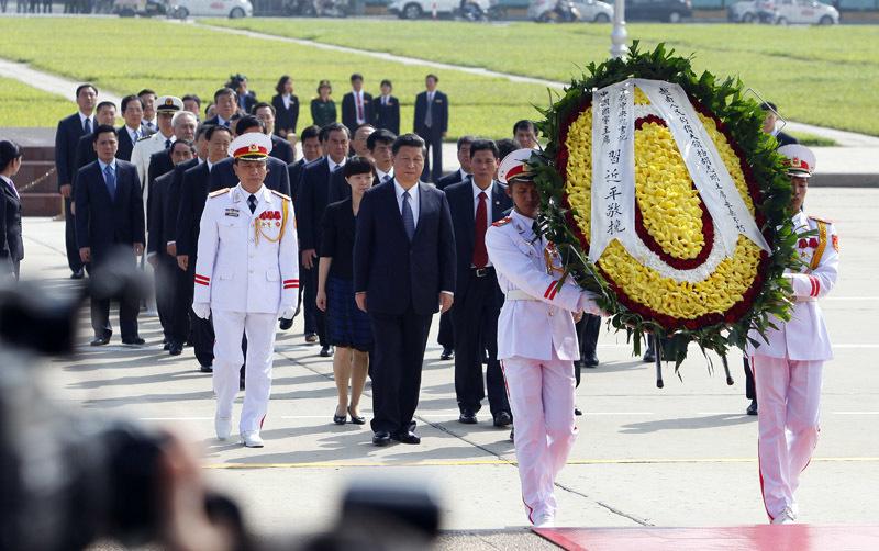 Khoảnh khắc thành kính của Chủ tịch TQ trước Lăng Bác