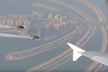 """Xem """"người bay"""" đua cùng phi cơ chở khách lớn nhất thế giới"""