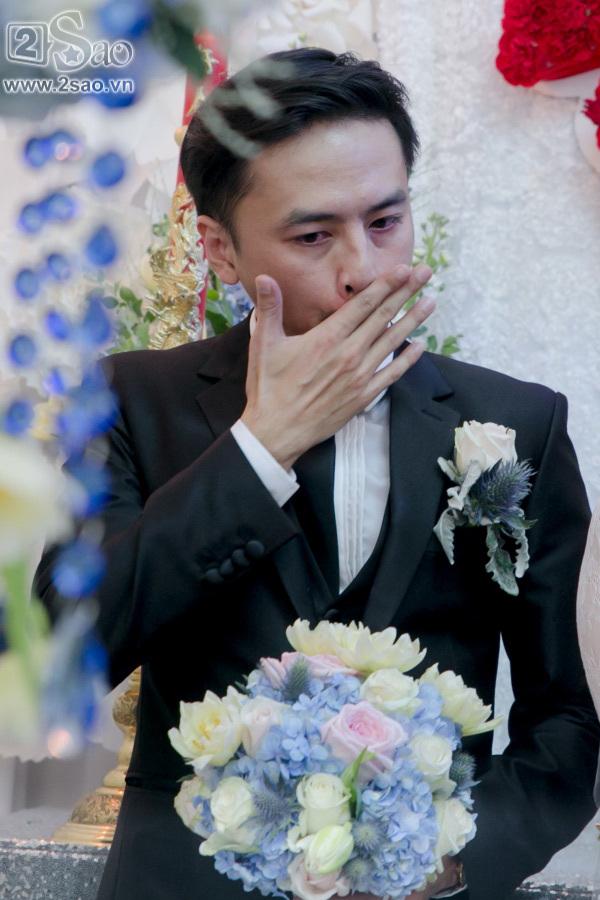 Tú Vi cười lớn hạnh phúc được Văn Anh bế bổng lên xe hoa