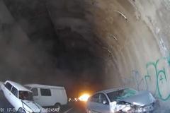 Ô tô đâm nhau tan nát trong đường hầm