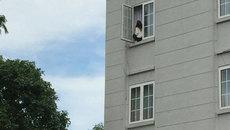 Giải cứu cô gái dọa nhảy lầu ở Phú Mỹ Hưng