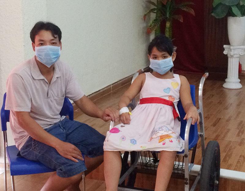 Bé gái tiểu ra máu xối xả được cứu sống ngoạn mục
