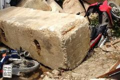 Hàng tấn bê tông rơi trúng nhà, cả khu phố náo loạn