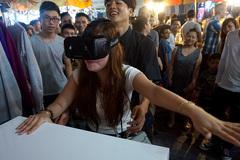 Tâm điểm CNTT: Ngã dúi dụi vì chơi 'thực tế ảo' ở chợ đêm