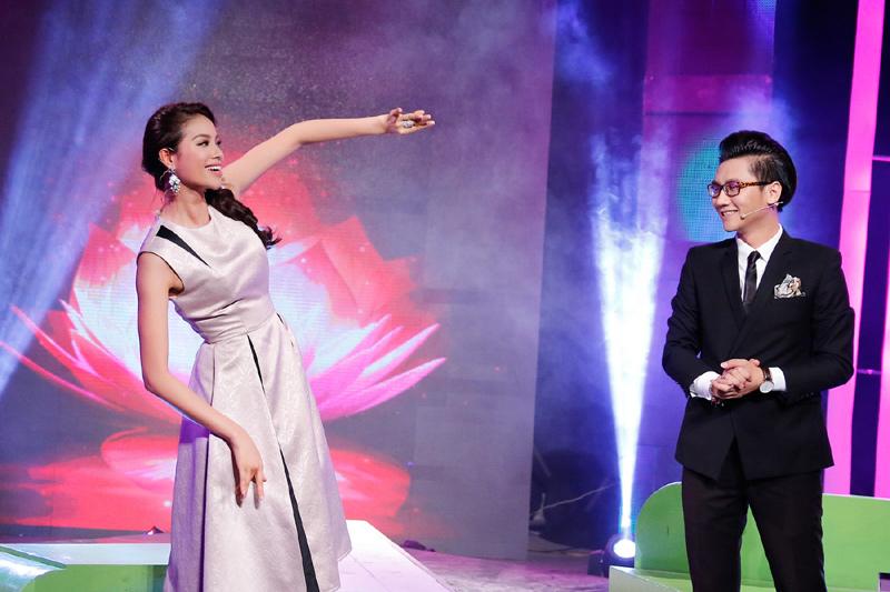 HH Phạm Hương thân thiết với MC Công Tố