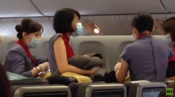 Rắn hổ mang đe dọa, máy bay hạ cánh khẩn cấp