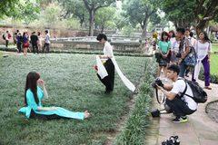 Nữ sinh lăn lê bò toài trên thảm cỏ Văn Miếu