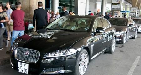 Lý Nhã Kỳ dùng xe sang Jaguar đón Xa Thi Mạn
