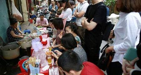 Quán 'bún mắng' ùn ùn người xếp hàng ăn ở Hà Nội