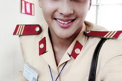 """Phát """"sốt"""" với vẻ đẹp hút hồn của anh cảnh sát giao thông Hà Nội"""