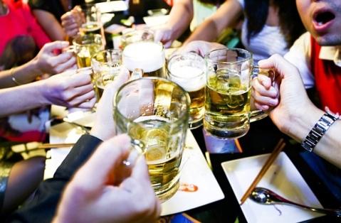Bữa trưa điểm tâm 10 chai bia: Dân nhậu Việt khiến Tây phát rét