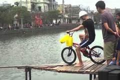 Cười vỡ bụng xem đi xe đạp trên cầu khỉ ở miền Tây