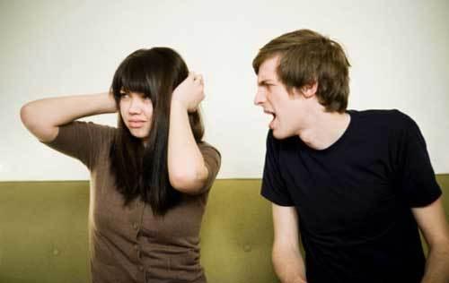 Ghen, chồng treo ảnh vợ cũ trước cửa phòng ngủ để hành tôi!