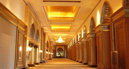 Bên trong khách sạn dát vàng Hồ Ngọc Hà nghỉ dưỡng có gì?