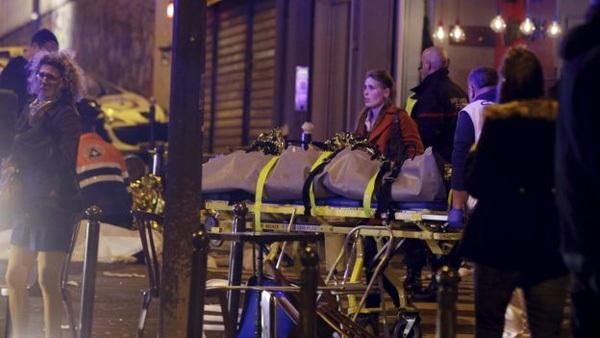 Clip khủng bố bắn người hoảng loạn chạy khỏi nhà hát