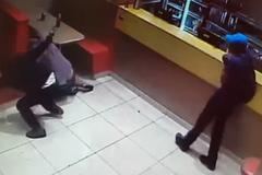 Đấu súng chát chúa với tên cướp trước cửa hàng