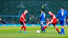 """Ronaldinho khoe tuyệt kỹ """"lườm rau gắp thịt"""" ở Old Trafford"""