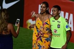 Nữ CĐV lao vào sân chụp ảnh với Neymar
