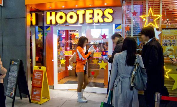 Bí mật quán hotboy '6 múi' quý bà xếp hàng mỗi đêm