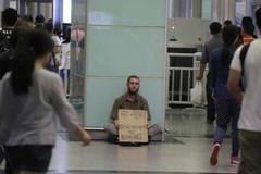 Sự thật về người nước ngoài xin tiền ở nhà ga
