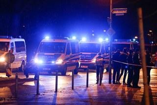 Cảnh sát sơ tán CĐV ra khỏi sân HDI Arena