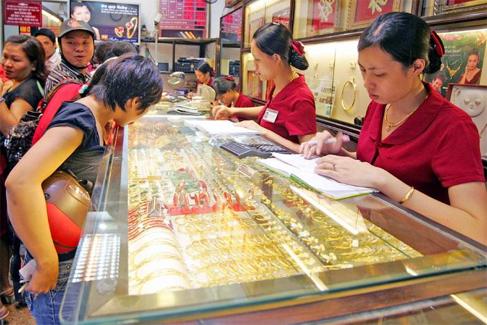 USD tăng lên 22.700 đồng, vàng giảm 200 ngàn