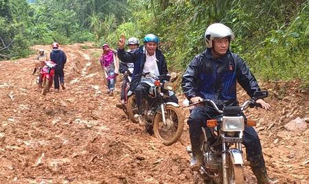 Kết quả hình ảnh cho giáo viên lội đường sình lầy đến trường