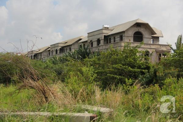 Cảnh hoang phế đáng sợ của hàng nghìn biệt thự triệu đô bỏ không, phơi mưa nắng