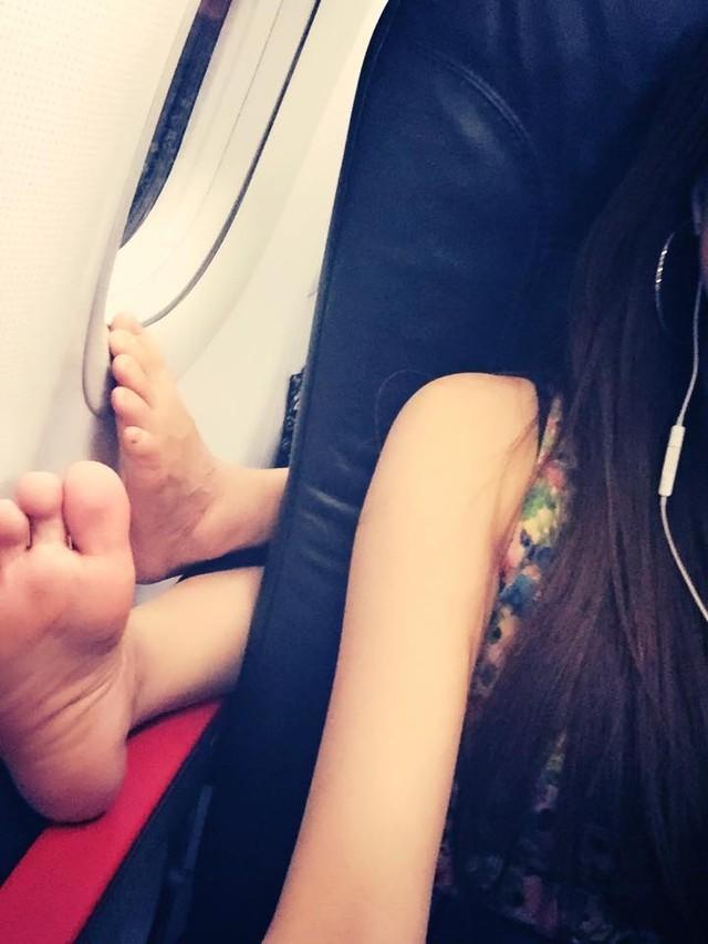 Cởi trần, sexy nóng mặt trên máy bay