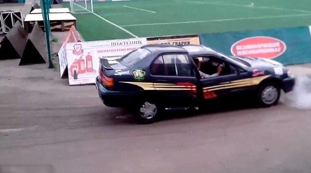 Xe ôtô gãy đôi trên đường đua ở Nga