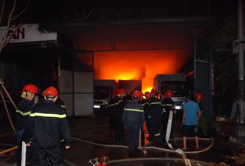 Dân tháo chạy vì cháy lớn cạnh đại lý gas