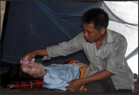 Cảm phục cảnh chồng trẻ chăm vợ bại liệt 7 năm
