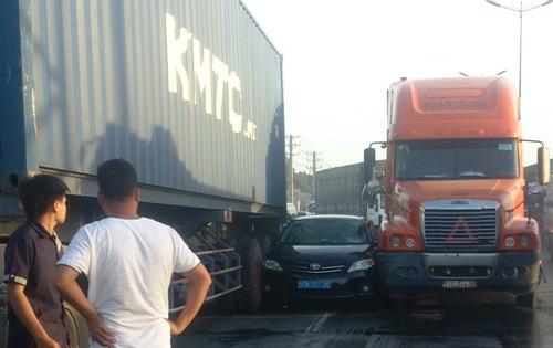 Giải cứu xe biển xanh mắc kẹt giữa 'hung thần' container