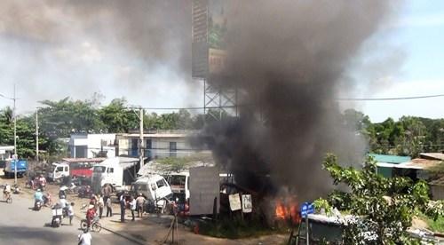 Xưởng sữa chữa ô tô cháy dữ dội giữa trưa