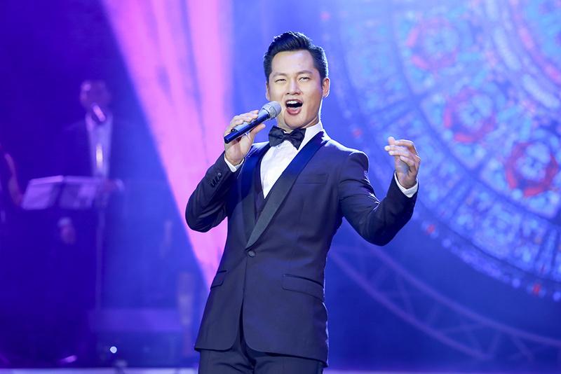 Quang Lê tái xuất sau scandal giành giật hotboy kẹo kéo