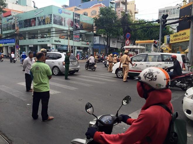 """CSGT nổ súng khống chế tài xế """"xe điên"""" ở Sài Gòn - Ảnh 1"""