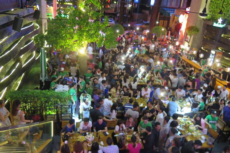 """500 dân chơi nhảy múa ở """"vũ trường"""" lộ thiên giữa Sài Gòn"""