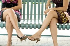 Ngồi bắt chéo chân nguy hiểm như thế nào?