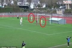 Tiền đạo tè bậy trên sân, đồng đội lập tức ghi bàn
