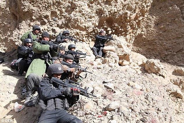 TQ dùng súng phun lửa lùa khủng bố ra khỏi hang