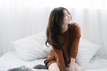 """""""Cô gái vàng"""" Dương Thuý Vi khoe vai trần gợi cảm"""
