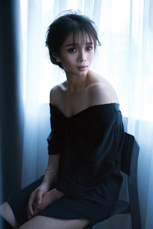 'Cô gái vàng' Dương Thuý Vi khoe vai trần gợi cảm